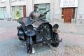 Скульптура «Банкир направляется к своей работе»