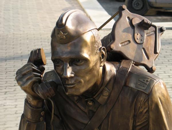Памятник «Военный связист»
