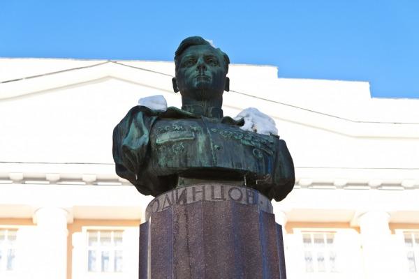 Памятник летчику-штурмовику М.П.Одинцову
