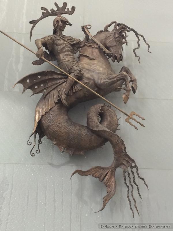 Скульптуры на входе в ТРЦ Гринвич с ул. Вайнера