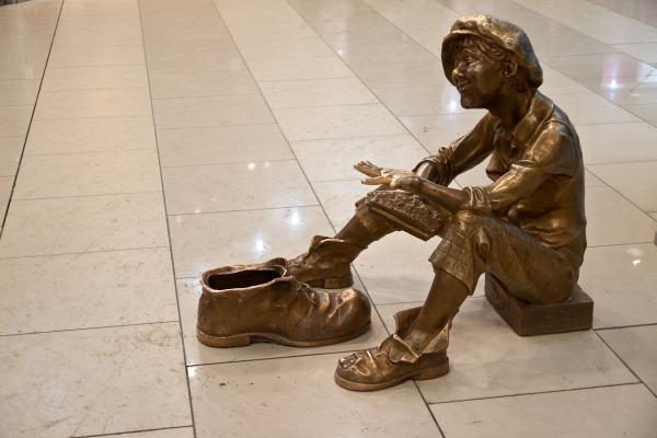 Скульптура «Чистильщик обуви» в ТРЦ Гринвич