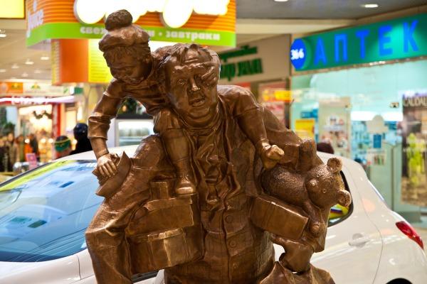 Скульптура «Шопер Гриня» в ТРЦ Гринвич