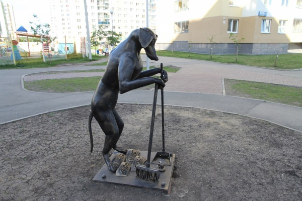 Памятник собаке убирающей за собой