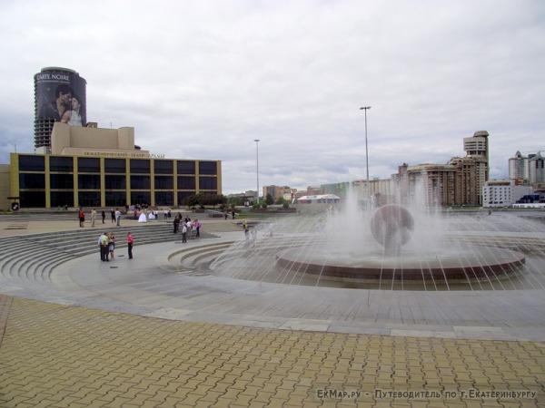 Октябрьская площадь у Театра драмы