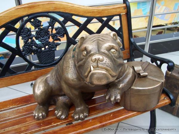 Скульптура «Бульдог» в ТРЦ Гринвич