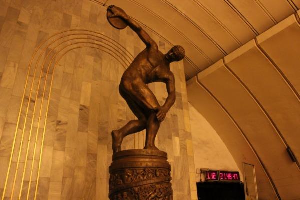Скульптура «Дискобол» на станции метро Динамо