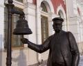 Памятник «Начальник станции» около музея Свердловской ЖД