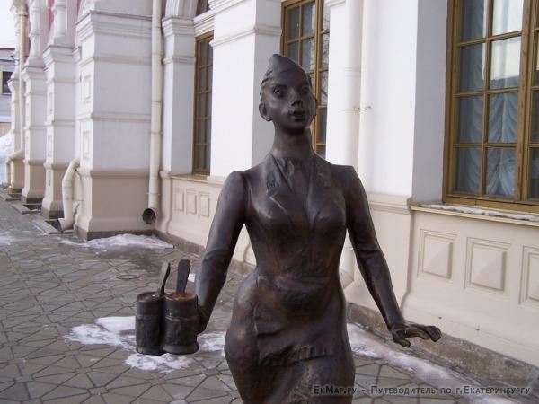 Памятник «Проводница» около музея Свердловской ЖД