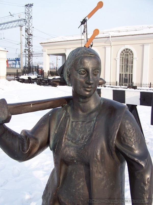 Памятник «Шпалоукладчица» около музея Свердловской ЖД