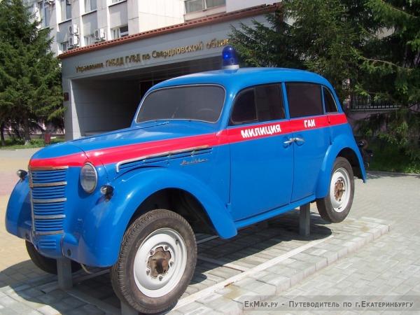 Москвич-400 на постаменте около УГИБДД