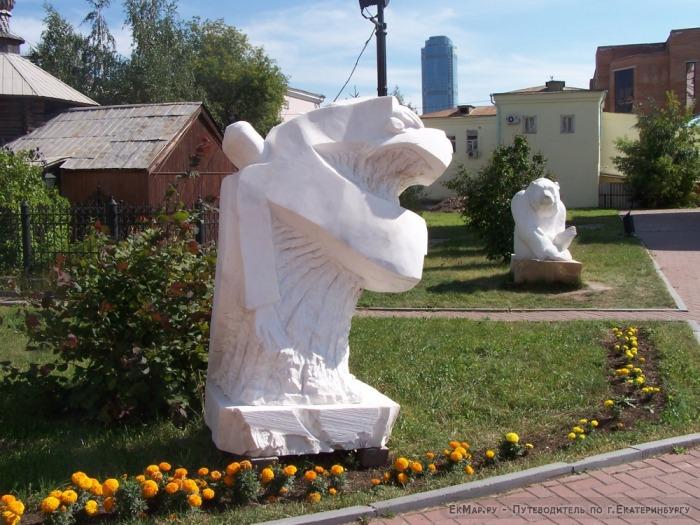 Скульптуры около храма