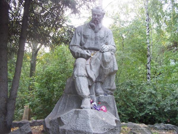 Памятник П.П.Бажову на Ивановском кладбище