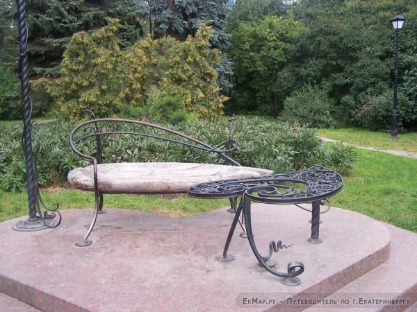 Скамейка для влюбленных в Дендропарке