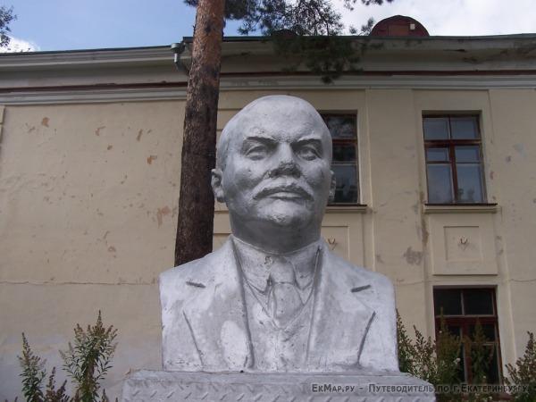 Памятник В.И. Ленину в поселке Рудный