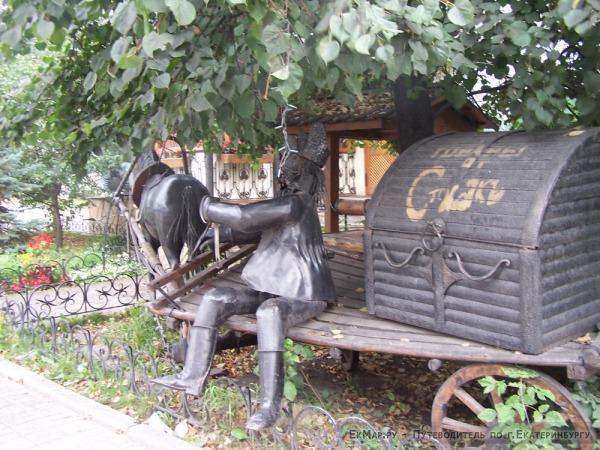 "Скульптура у ресторана ""Товарищ Сухов"""