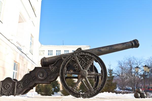 Пушки напротив Суворовского училища