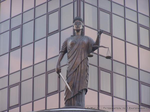 Скульптура на здании Свердловского Областного суда