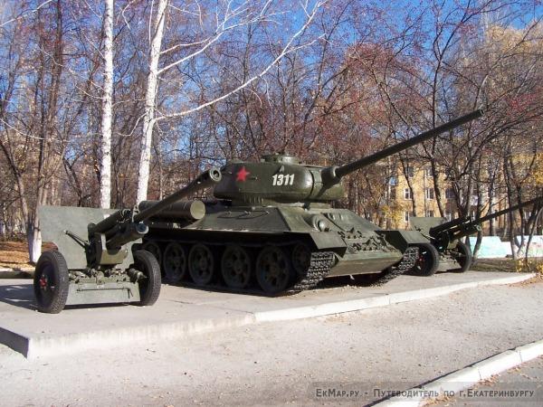 Памятники танку Т-34-85 в сквере Победы