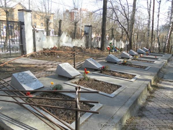 Памятник тургруппе И. Дятлова на Михайловском кладбище (дятловцам)