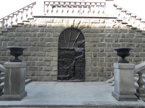 Стена на пероне ЖД вокзала (западная сторона)