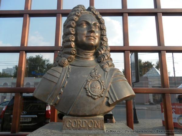 Памятник Петру I около Доктор Скотч паба