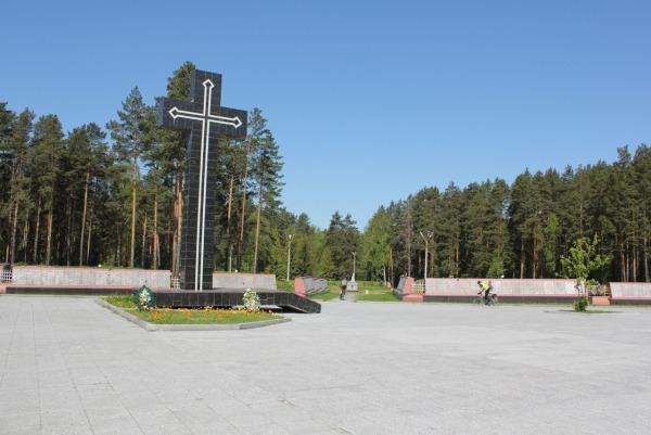Памятный крест на мемориальном комплексе жертв политических репрессий