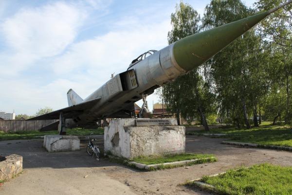 Самолет Су-15 установленный в честь выпускников аэроклуба