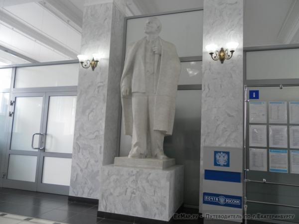 Памятник В.И. Ленину на главпочтампте