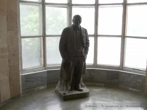 Скульптура Ленина на лестничкой площадке дома