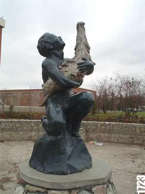 Памятник «Мальчик со щукой»